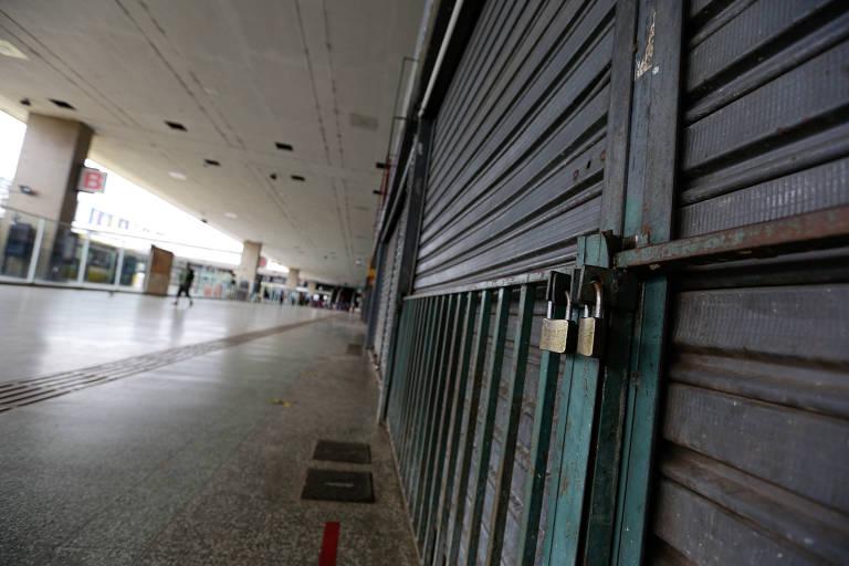 Lojas fechadas na rodoviária de Brasília, no primeiro dia do fechamento do comércio na capital