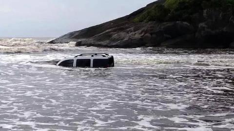 Carro fica submerso em praia de Peruíbe após homem emprestá-lo a amigos