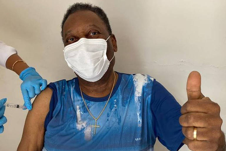 Pelé recebe vacina contra Covid-19 em sua casa
