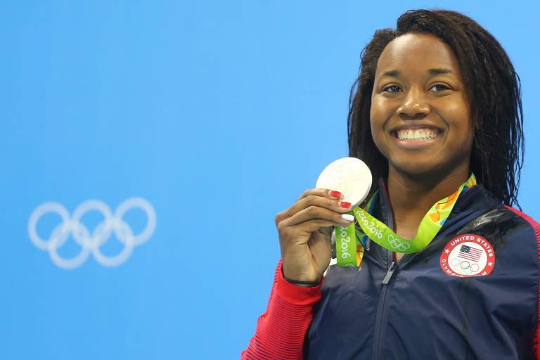 A nadadora Simone Manuel, dos Estados Unidos, com a medalha de ouro nos Jogos do Rio-2016