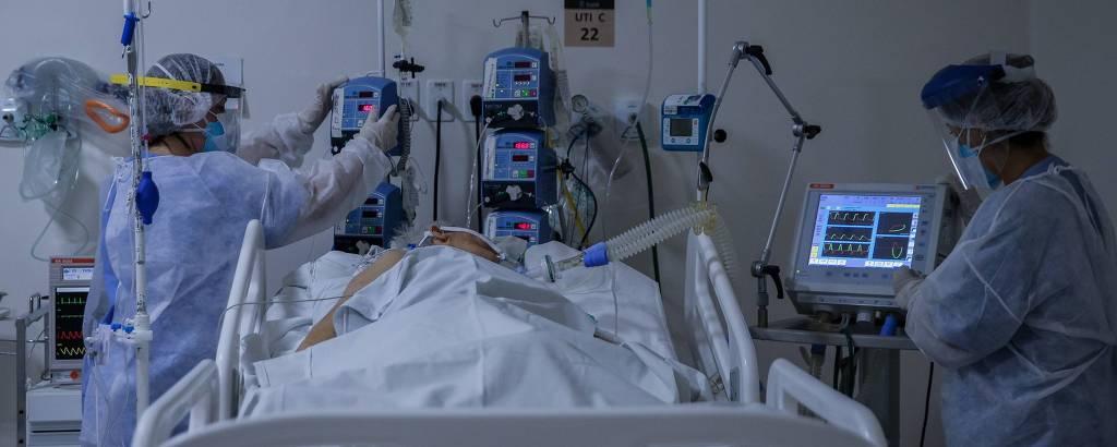 Profissionais de saúde atendem paciente em UTI do Hospital Universitário São Francisco, em Bragança Paulista