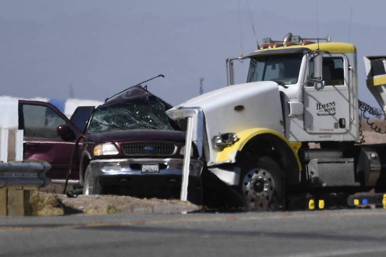 Imagem do acidente entre um carro e um caminhão de carga na Califónia