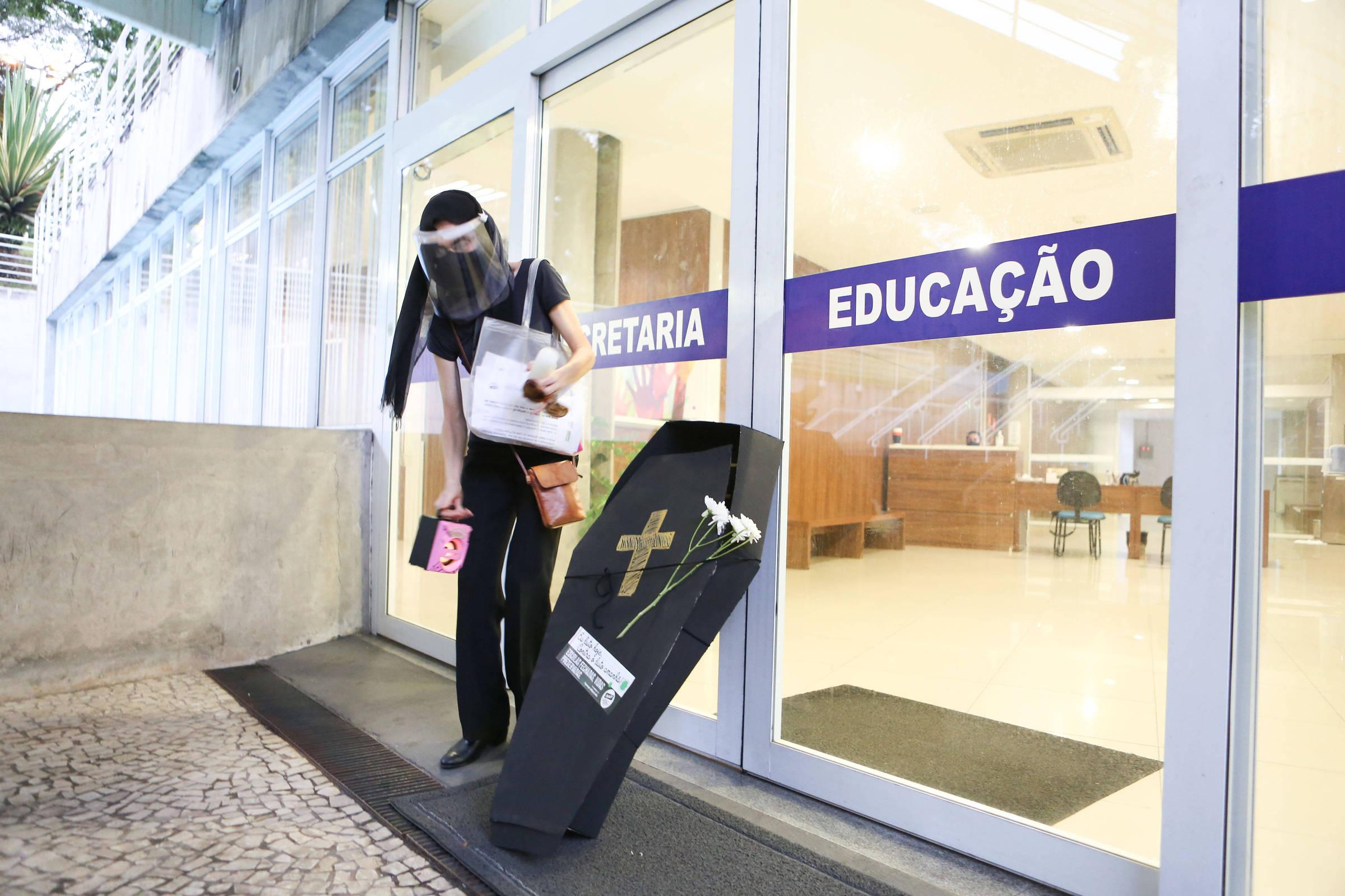 Professores fazem protesto contra aulas presenciais em São Caetano