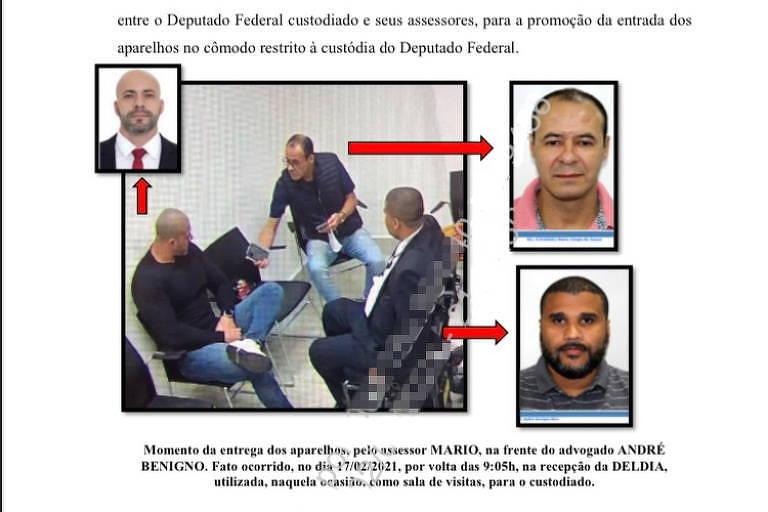 Homens sentados em cadeiras em uma sala da Polícia Federal