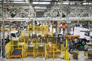 Balanco da industria automotiva em 2020. Funcionarios trabalham na linha de montagem   de caminhoes 4.0 na fabrica da Mercedes em Sao Bernardo