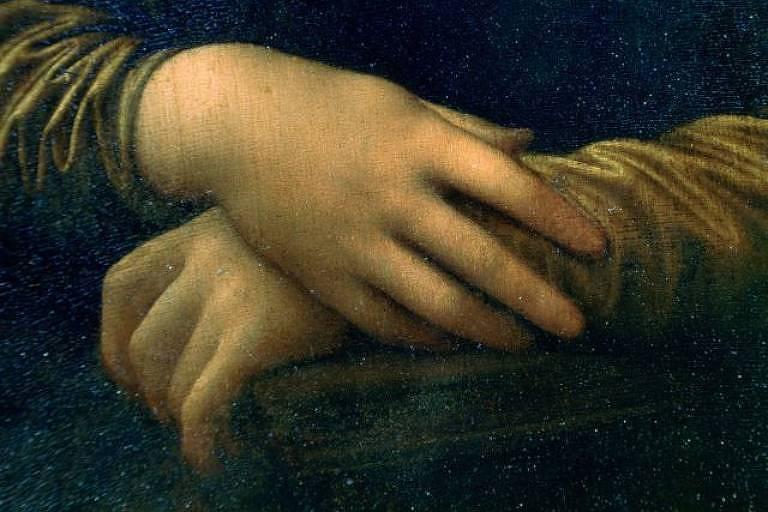 Mãos brancas apoiadas em cadeira, pintadas em retrato