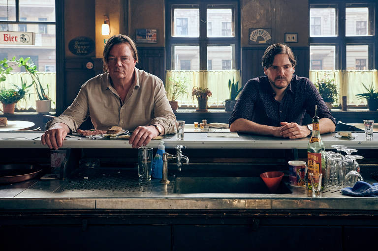 "Peter Kurth e Daniel Brühl em cena do filme ""Next Door"", de Daniel Brühl"