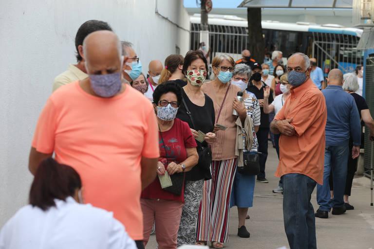 Idosos de 77 a 79 anos enfrentam até duas horas de fila para tomar vacina contra Covid em São Paulo