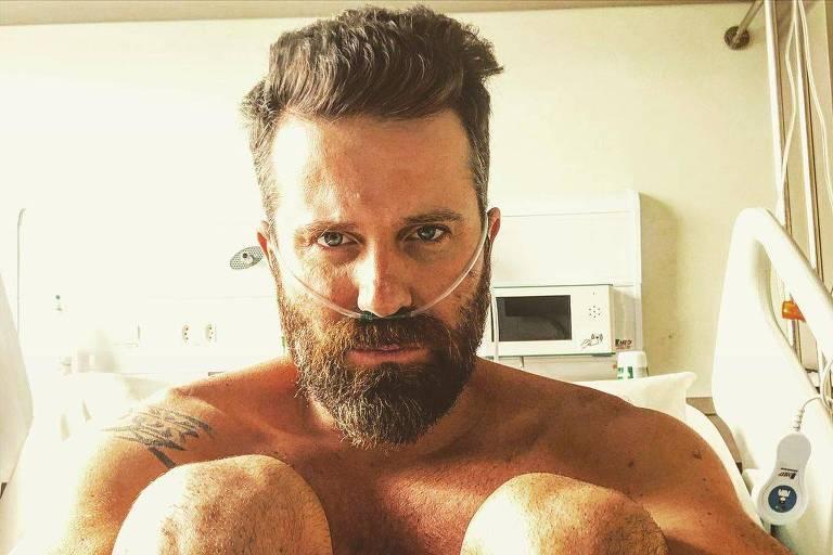 Cantor sertanejo Marlon em maca de hospital