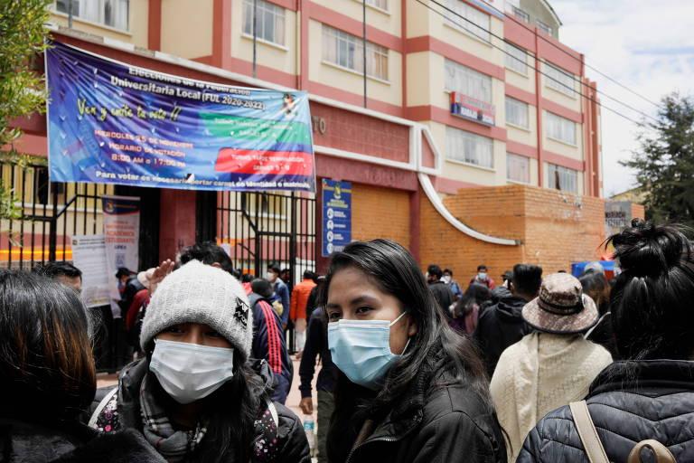 Alunos se reúnem próximo à Universidade de El Alto após uma grade de uma varanda desabar nos arredores de La Paz