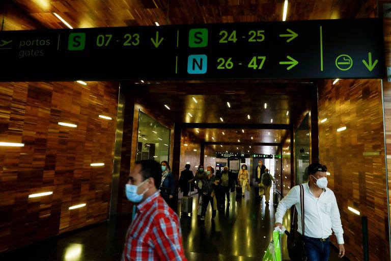Passageiros usam máscara de proteção no aeroporto de Lisboa, em Portugal
