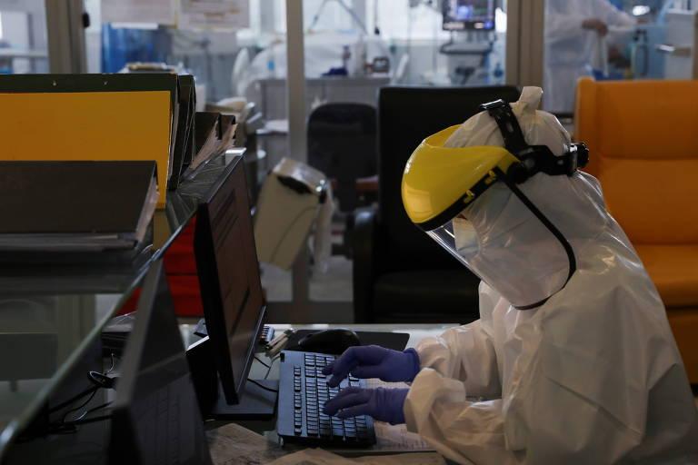 Funcionário trabalha em setor dedicado ao tratamento de Covid-19 em hospital de Vila Real, em Portugal