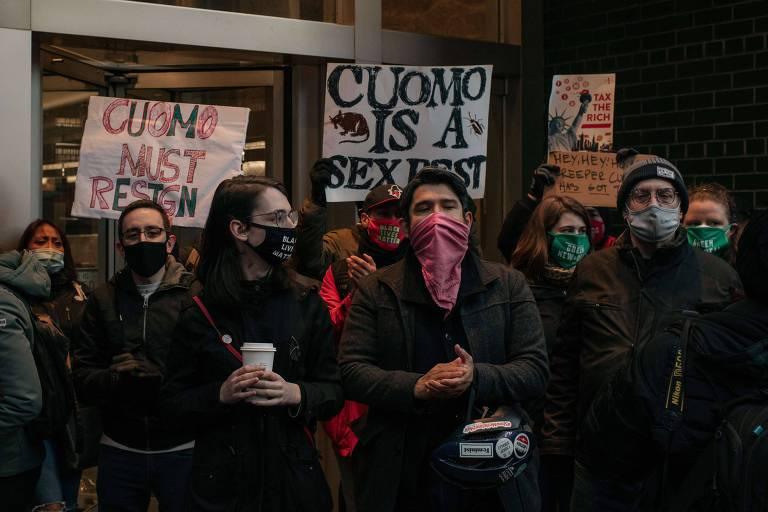 Manifestantes pedem a renúncia de Andrew Cuomo, governador de Nova York, após acusações de assédio sexual