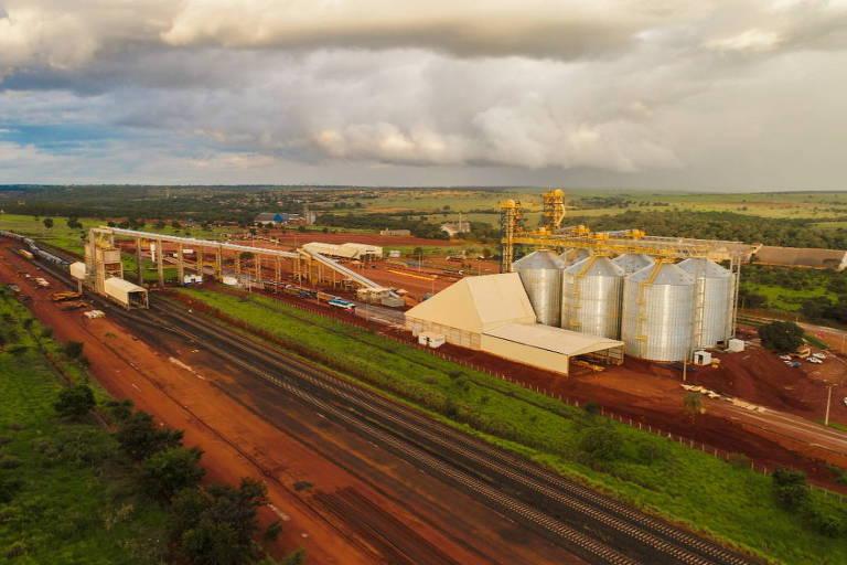 imagem mostra silos ao lado de ferrovia, em local que será usado para carregamento de trens que partirão rumo ao porto de Santos