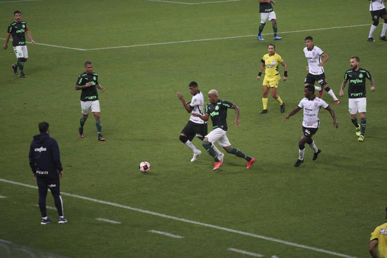Rodrigo Varanda (à esq.) e Gabriel Menino disputam a bola durante partida entre Corinthians e Palmeiras