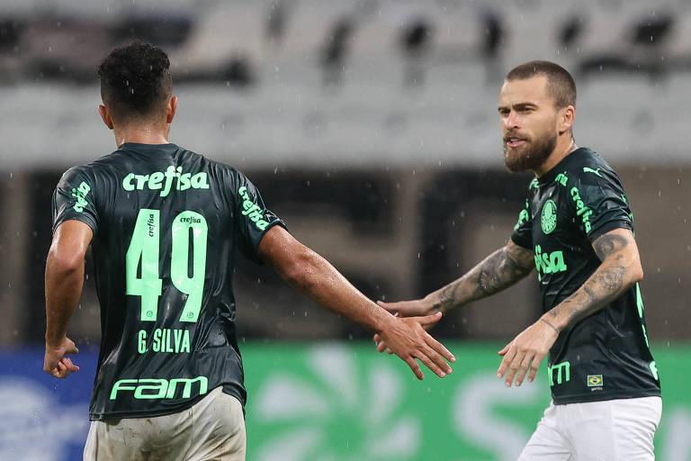 Após marcar o seu primeiro gol como profissional, o atacante Gabriel Silva (à esq.) é cumprimentado por Lucas Lima, que abriu o marcador no Dérbi, pelo Campeonato Paulista