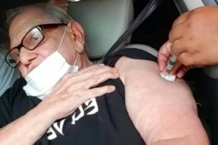 Ary Toledo vacinado contra Covid