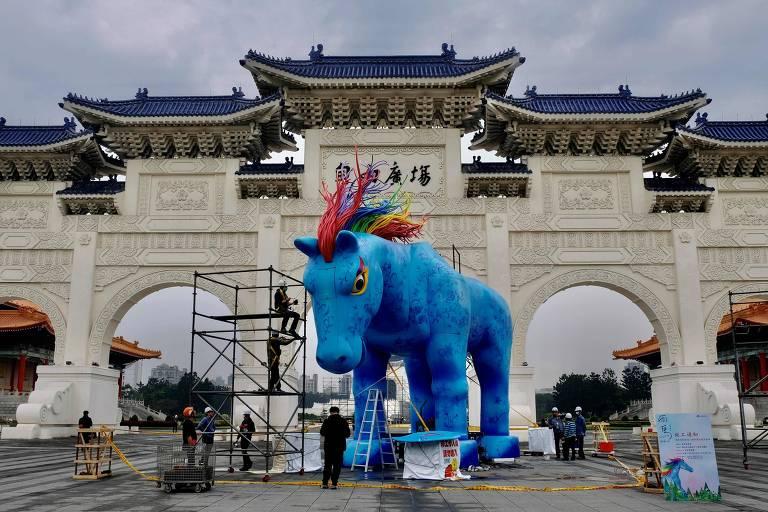 Estátua de cavalo azul em Taiwan e protestos em Mianmar; veja fotos hoje