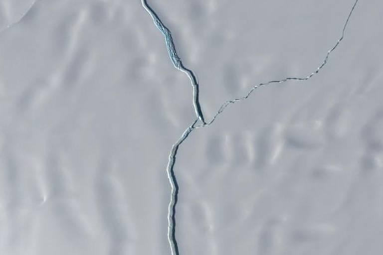 Imagem aproximada mostra separação entre iceberg e plataforma de Brunt