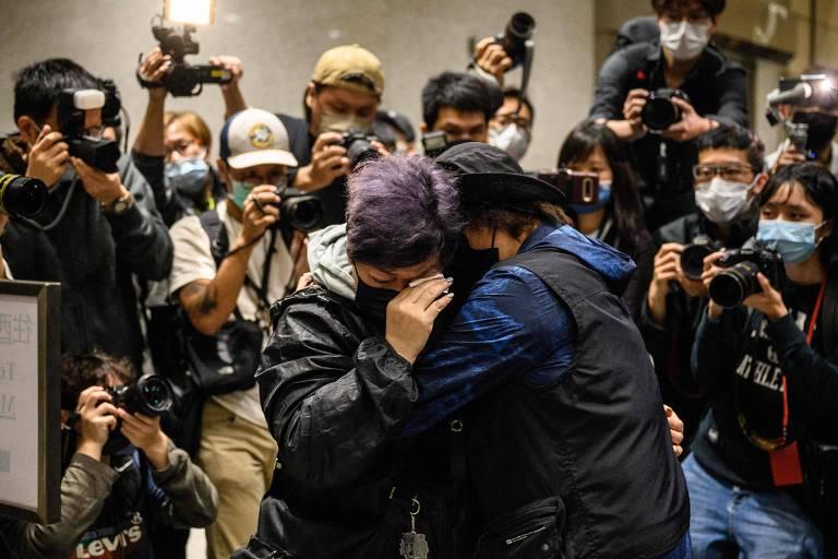 Apoiadores de ativistas presos se abraçam após audiência em Hong Kong