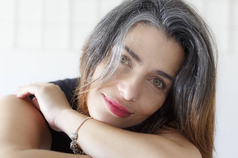 A atriz e administradora Priscila Barros que assumiu os cabelos brancos por conta da pandemia e da economia que faz