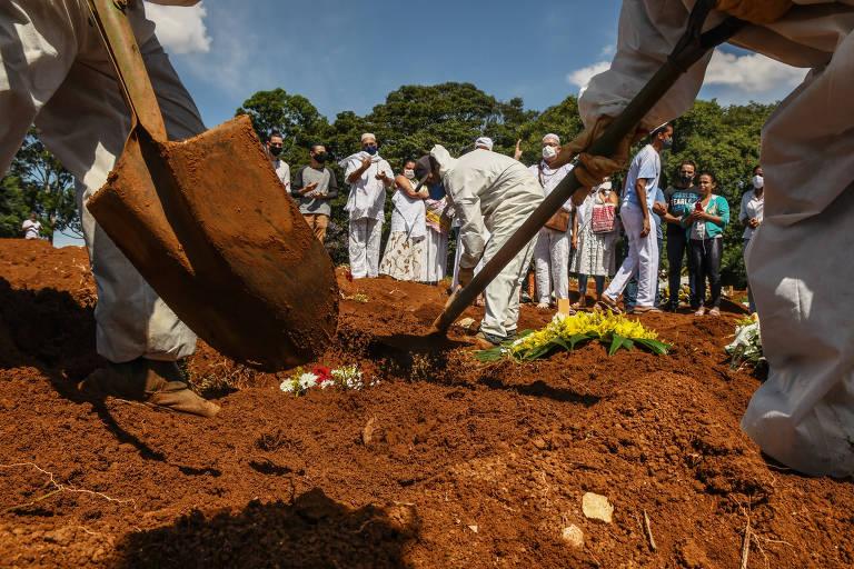 Ferramentas usadas por sepultadores em enterros no Vila Formosa, na zona leste de SP