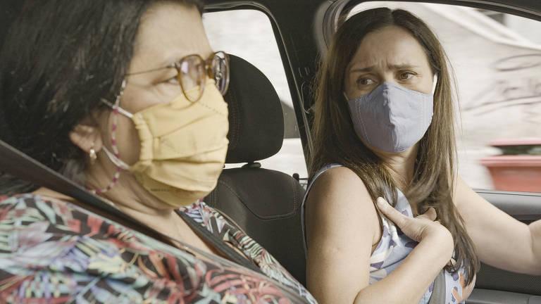"""Regina Casé e Adriana Esteves em cena da novela """"Amor de Mãe"""""""