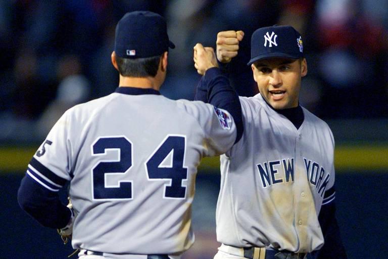 Derek Jeter (dir.) cumprimenta Tito Martinez, seu companheiro de New York Yankees