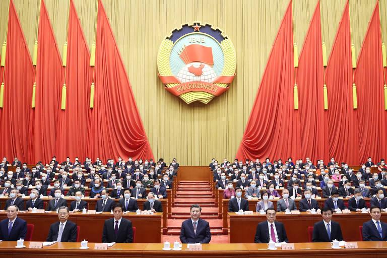 A 4ª sessão do 13º Comitê Nacional da Conferência Consultiva Política do Povo Chinês é inaugurada no Grande Salão do Povo em Pequim; ao centro, o líder Xi Jinping