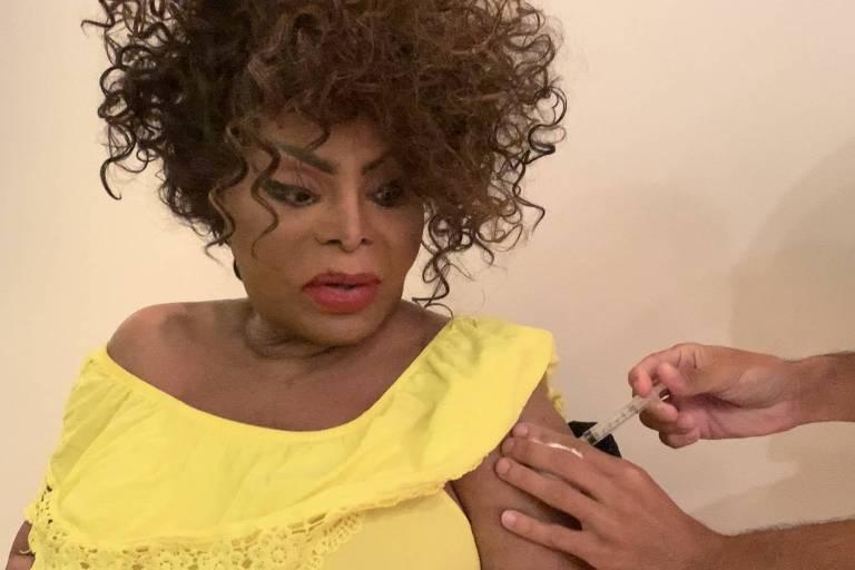 Elza Soares toma segunda dose da vacina contra a Covid e lamenta mortes: 'Dói'