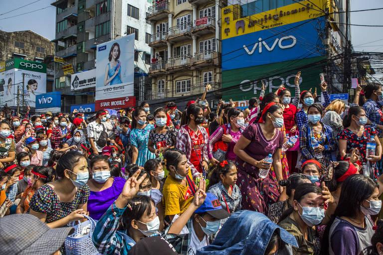 Mulheres protestam contra o golpe militar em Rangoon, em Mianmar