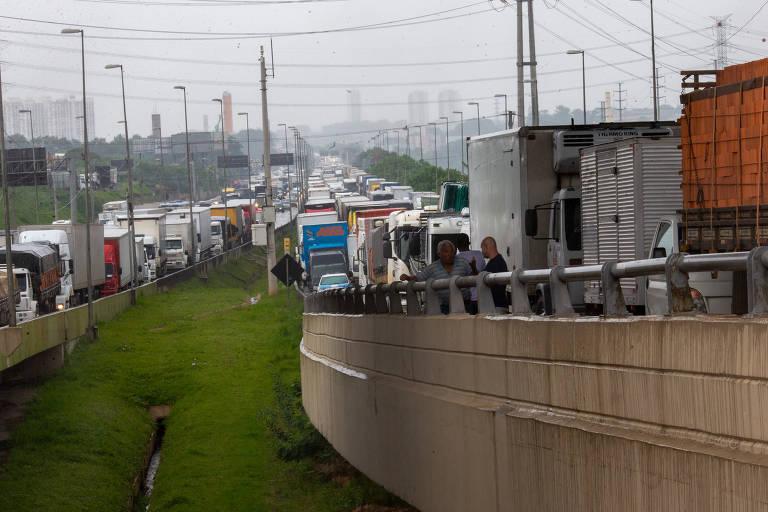 Imagem mostra os dois sentidos da via, com trânsito carregado e muitos caminhões