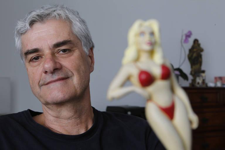 O escritor Reinaldo Moraes em sua casa em sua casa, em São Paulo