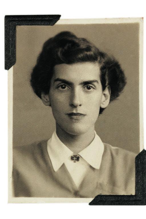 Foto sépia mostra a mulher do poeta, que tem um rosto sério, usa o cabelo com volume alto do lado direito, uma blusa branca fechada com um casaquinho por cima