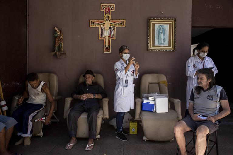 Consultório na Rua vacina idosos sem-teto em SP