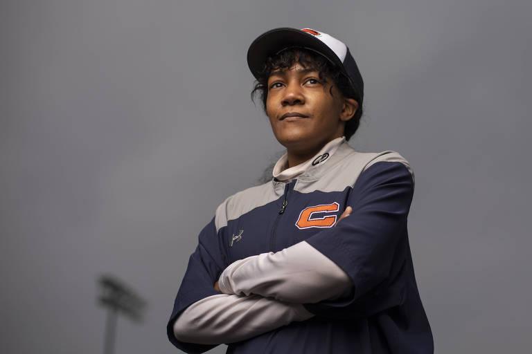 Primeira técnica negra de beisebol dos EUA atua em time 'inimigo' de sua mãe