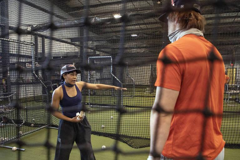 Bianca Smith trabalha com um jogador de beisebol da Universidade de Carroll