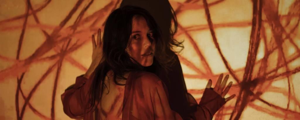 A atriz Sara Antunes na peça 'Dora', sobre a guerrilheira Maria Auxiliadora Lara Barcelos