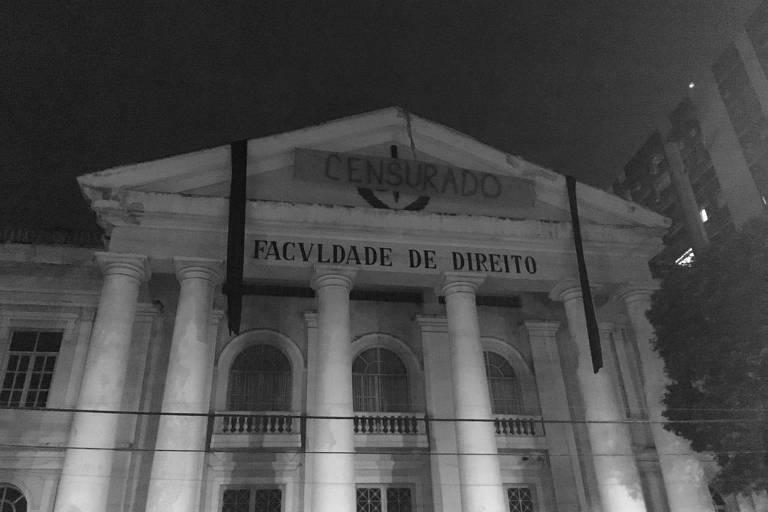 """Fachada da faculdade de direito da UFF, no Rio, com faixa escrito """"censurado"""""""