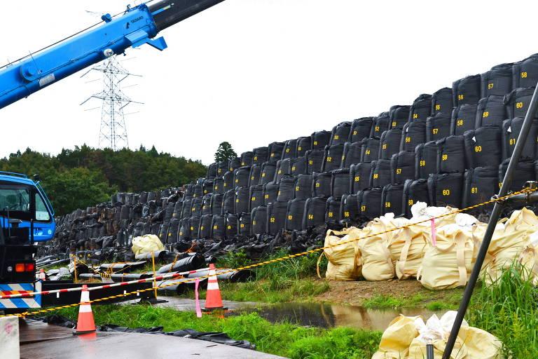 Toneladas de terra contaminada em Futaba, na província de Fukushima (Japão), são armazenadas em sacos para serem enterradas até 2045