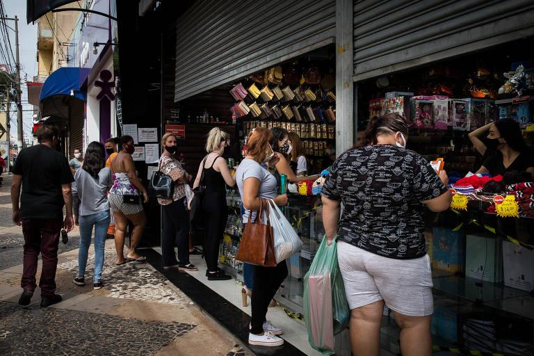 Lojas fazem atendimento na Rua Batista de Carvalho, no centro de Bauru, em meio a crise na saúde