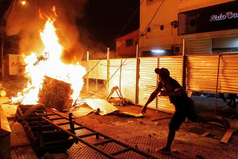 Manifestante durante protesto em assunção contra a má condução da pandemia pelo presidente Mario Abdo Benitez
