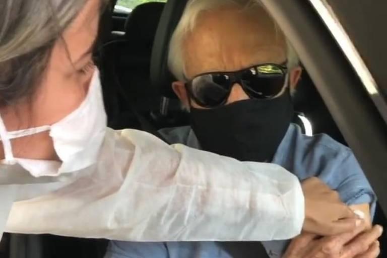 Cid Moreira recebe segunda dose da vacina contra a Covid