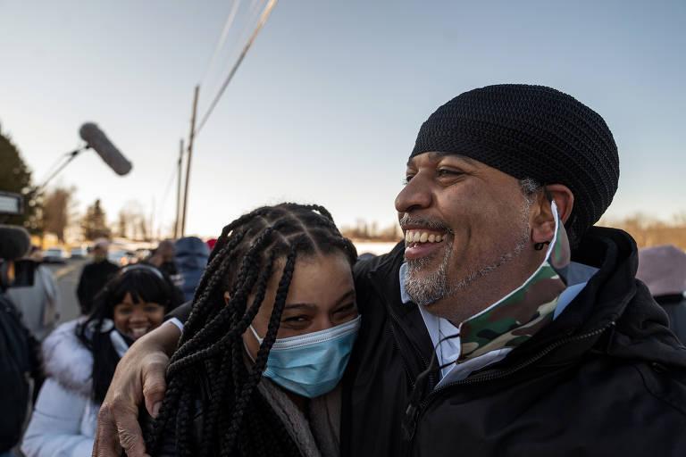 Gary Johnson, um dos três condenados por assassinato no Queens, sorri após ser solto de presídio em Nova York