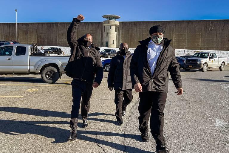 Os três condenados por assassinato no Queens, George Bell (esq.), Rohan Bolt (centro) e Gary Johnson, deixam presídio em Nova York