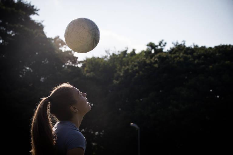 Stefany Krebs cabeceia a bola