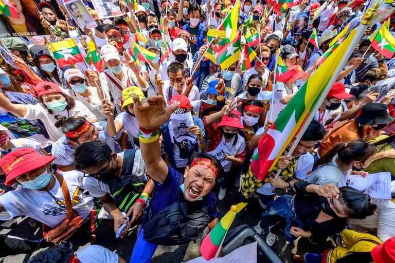Protesto em Bancoc, na Tailândia, contra o golpe militar em Mianmar