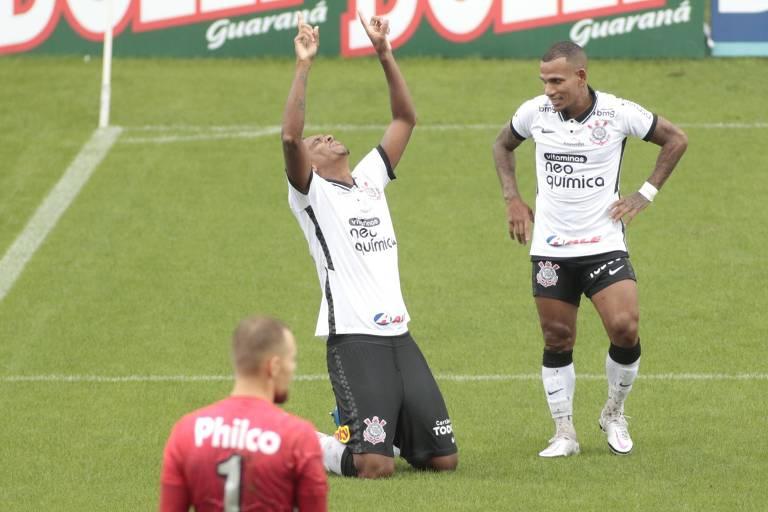 Observado por Otero, Jô comemora gol ajoelhado e apontando para o céu após aproveitar rebote de pênalti desperdiçado por ele próprio