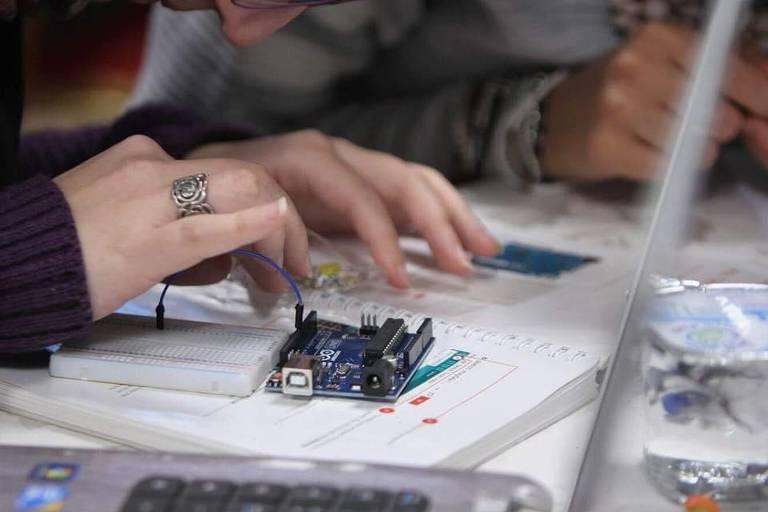 Centro de pesquisa que conta com uma incubadora de pequenas empresas, Jusoor ('ponte', em árabe) oferece apoio logístico e treinamento para mulheres líbias