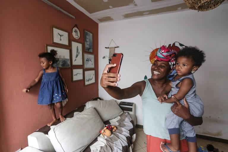 Andressa Reis, 35, mantem um perfil no Instagram sobre maternidade real e criação com apego, e que surgiu como desabafo já durante a pandemia, quando ela e o marido se viram trancados em casa dos duas crianças pequenas e cheias de energia -Zô Guimarães/Folhapress